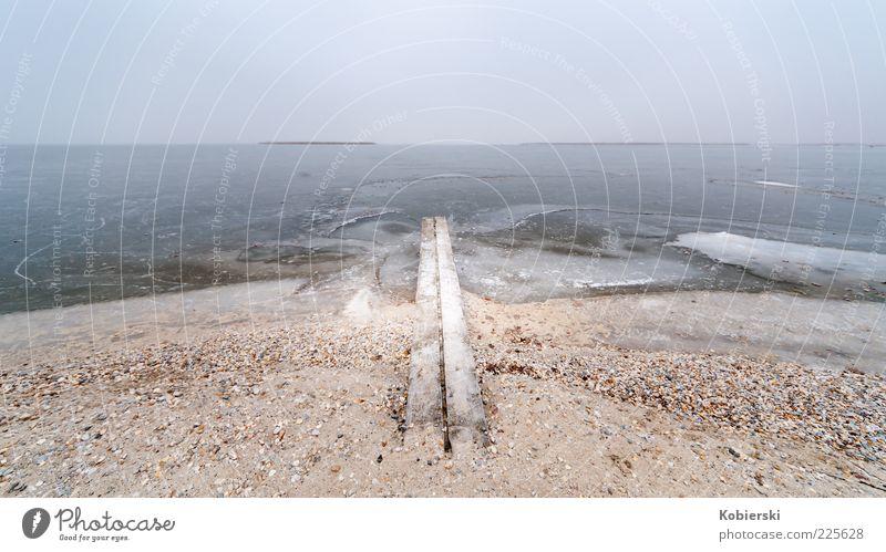 Am Ende Wasser blau Winter ruhig Einsamkeit Ferne kalt Freiheit Küste braun Eis Horizont Nebel gefährlich Frost Sehnsucht