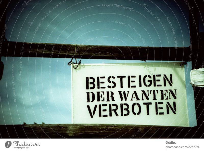 Pirate Talk Schriftzeichen Hinweisschild Warnschild blau schwarz Verbote Warnhinweis maritim Farbfoto Außenaufnahme Detailaufnahme Lomografie Menschenleer