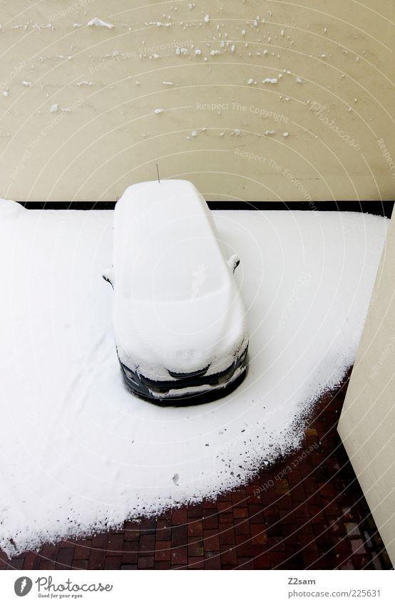 eigenbrötler Winter Einsamkeit Ferne kalt dunkel Wand Schnee Mauer Gebäude PKW hell warten Fassade wandern Ordnung Platz