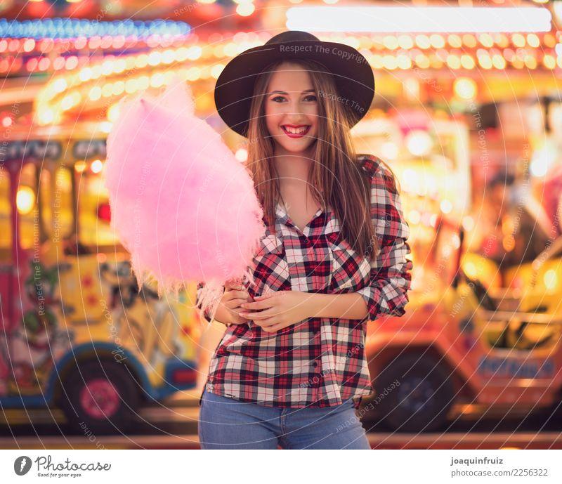Schönheitsmädchen mit einer Zuckerwatte in einer Messe Lifestyle Freude Glück schön Entertainment Frau Erwachsene Park Hut Fröhlichkeit weiß Fairness Mädchen