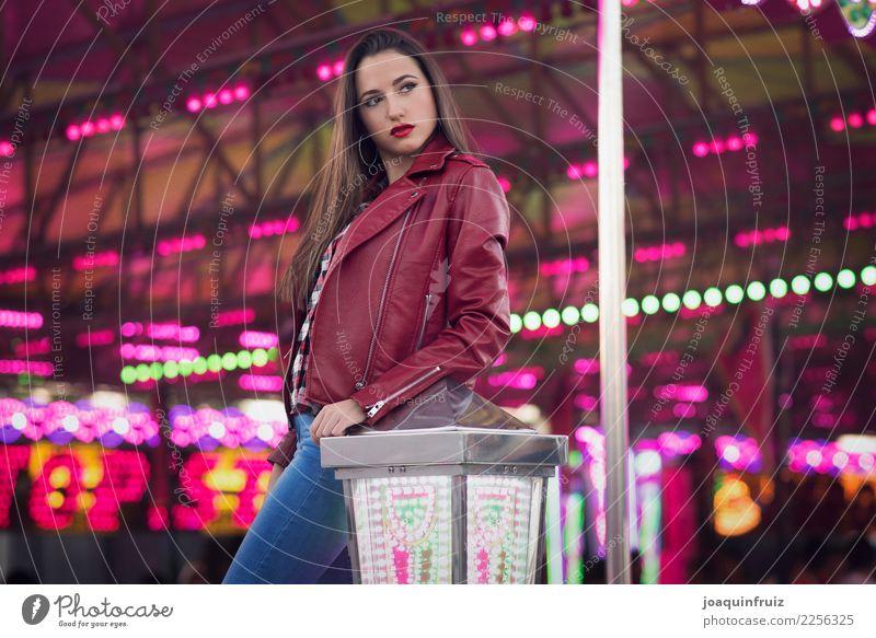 Schönheitsmädchen in einer Messe mit vielen Lichtern Lifestyle Freude Glück schön Entertainment Frau Erwachsene Park Fröhlichkeit weiß Fairness Mädchen