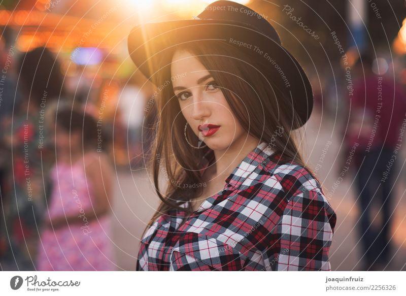 Schönheitsmädchen mit einem Hut in einer Messe mit vielen Lichtern Lifestyle Freude Glück schön Entertainment Frau Erwachsene Park Fröhlichkeit weiß Fairness