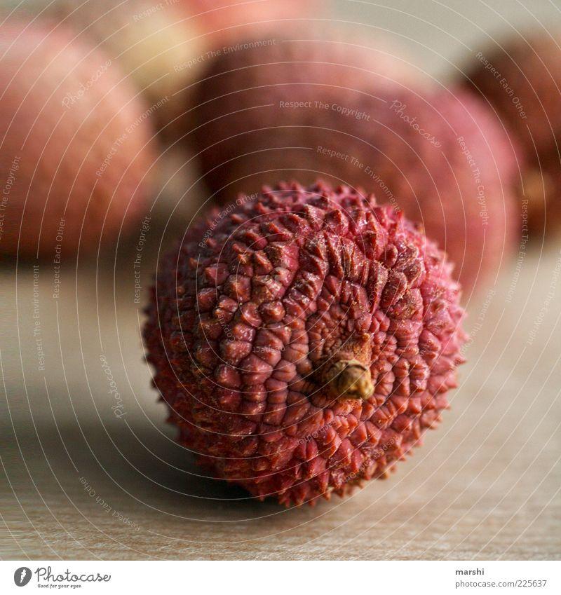 Litschis rot gelb Gesundheit Frucht Ernährung Lebensmittel Liege lecker saftig hart stachelig rau Geschmackssinn geschmackvoll Südfrüchte Lychee