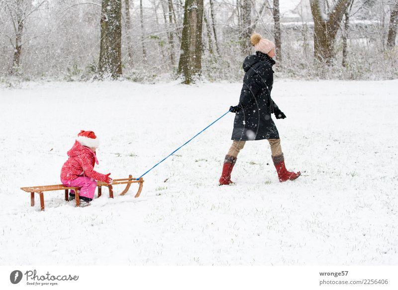 Erster Schnee Kind Frau Mensch weiß Mädchen Winter schwarz Erwachsene feminin braun rosa Schneefall Kindheit 45-60 Jahre Weiblicher Senior