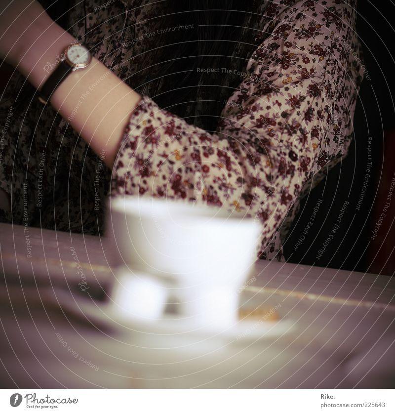 Kaffeepause. Kaffeetrinken Getränk Heißgetränk Tee Tasse Tisch Café Mensch Arme 1 Armbanduhr brünett langhaarig Erholung genießen Kommunizieren sitzen warten