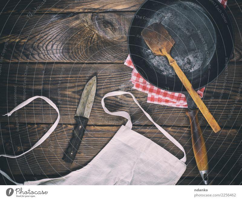 leere schwarze Gusseisenbratpfanne Pfanne Messer Tisch Küche Holz Metall alt dunkel natürlich retro braun Tradition altehrwürdig bügeln Aussicht Hintergrund