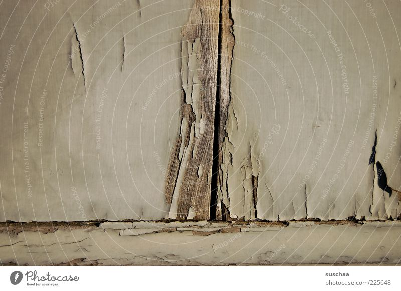 ausmisten III alt Haus Holz Fassade trist Vergänglichkeit verfallen Verfall Riss Lack abblättern Abnutzung baufällig Zahn der Zeit