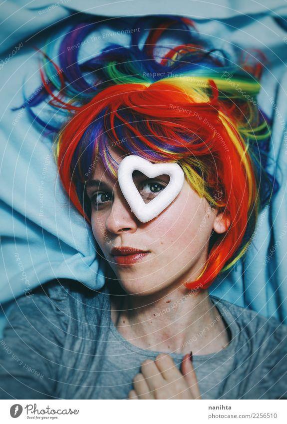 Junge Frau mit einer Regenbogenperücke und einem hören in ihrem Auge Mensch Jugendliche schön 18-30 Jahre Gesicht Erwachsene Liebe feminin Stil Design frisch