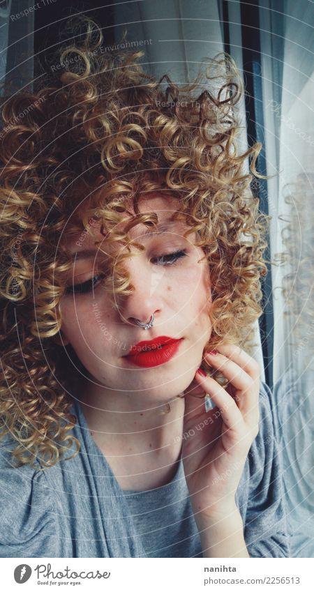 Traurige und schöne blonde Frau Mensch Jugendliche Junge Frau Einsamkeit Fenster 18-30 Jahre Gesicht Erwachsene Leben Lifestyle Traurigkeit Gefühle feminin