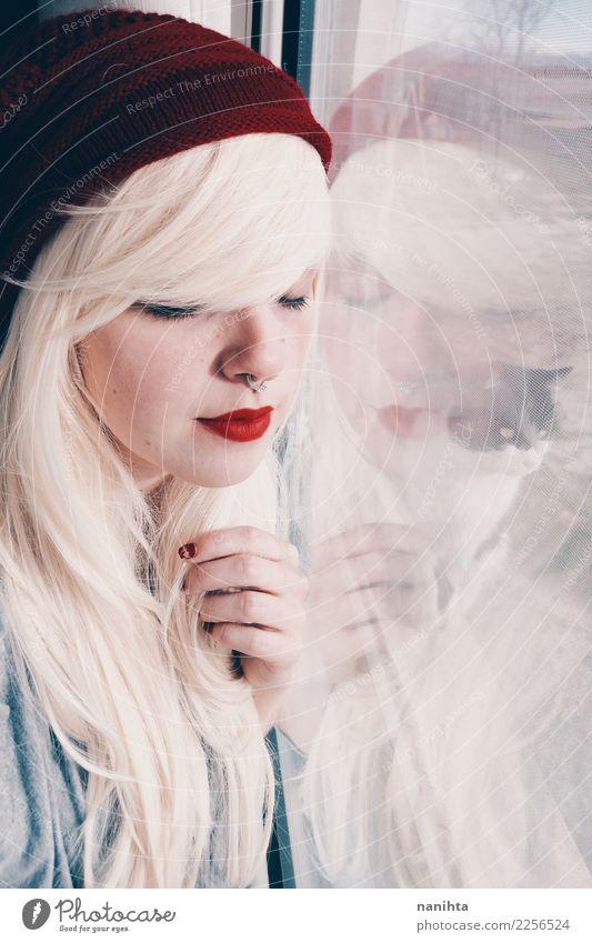 Junge blonde Frau reflektierte sich in einem Fenster und in einer Katze Mensch Jugendliche Junge Frau schön weiß rot Tier 18-30 Jahre Gesicht Erwachsene feminin