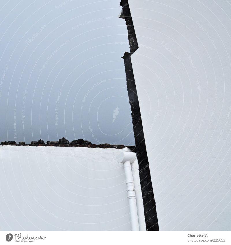 Ecken und Kanten Haus Mauer Wand Dach Dachrinne Stein braun grau weiß Ordnung Klarheit einfach Putz Regenrinne verputzt deutlich graphisch Genauigkeit hell