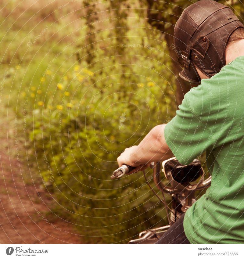 geschwindigkeitsrauschen Mensch Jugendliche grün Wiese Wege & Pfade Kopf maskulin Geschwindigkeit Fröhlichkeit retro fahren T-Shirt Fußweg Junger Mann Motorrad Kleinmotorrad