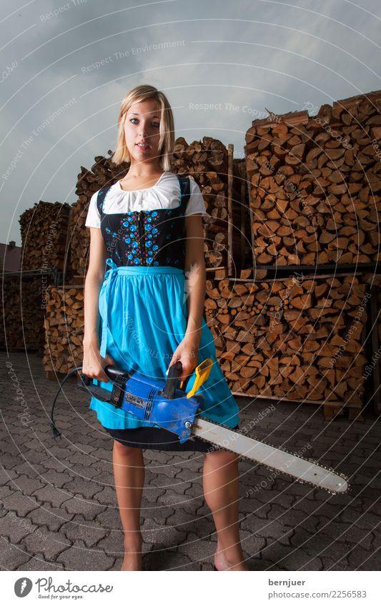 Kettensägemädel Mensch Jugendliche Junge Frau blau 18-30 Jahre Erwachsene Lifestyle feminin Holz grau Arbeit & Erwerbstätigkeit blond stehen bedrohlich