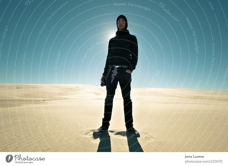 Sandcrawler Mensch Himmel Jugendliche blau Einsamkeit kalt Wärme Erwachsene maskulin Coolness stehen Wüste Spuren Stranddüne Düne