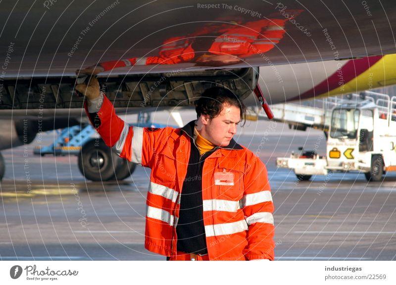 tankwart tanken Tankwart Flugzeug Reflexion & Spiegelung Luftverkehr bodenpersonal auftanken Flughafen kölnbonn germanwings