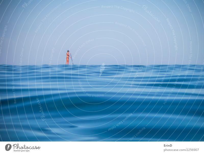 Einsame Frau schaufelt auf blauer Ozean-Oberfläche sportlich ruhig Ferien & Urlaub & Reisen Abenteuer Freiheit Sommer Meer Fitness Sport-Training