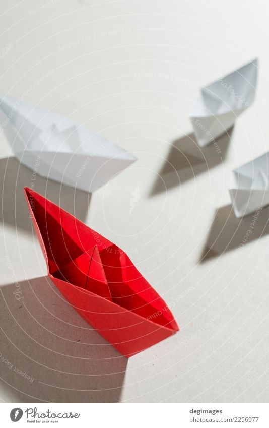 Origami-Boote Ferien & Urlaub & Reisen Kreuzfahrt Meer Erfolg Segeln Business Menschengruppe Verkehr Wasserfahrzeug Papier Spielzeug außergewöhnlich blau rot