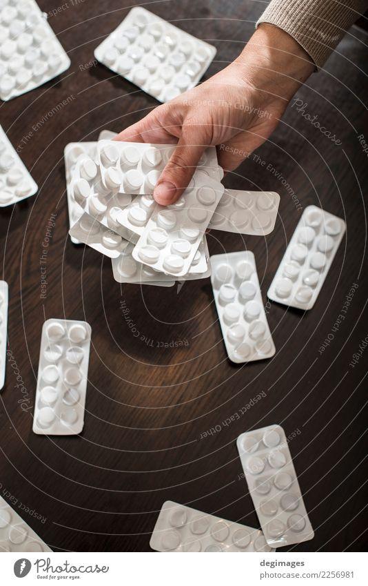 Weiße Blasen mit Drogen auf Dunkelheit Behandlung Krankheit Medikament Hand Rudel Verpackung Paket Kunststoff dunkel weiß Blister Medizin Tablette Hintergrund