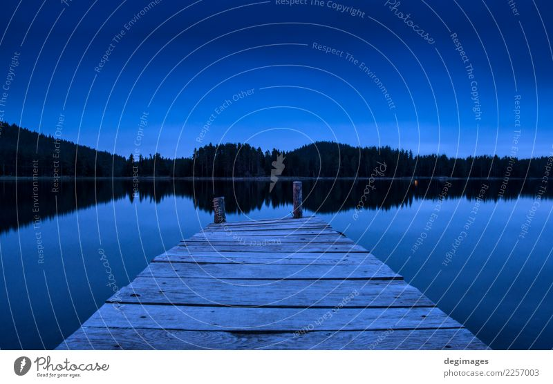 Pier auf einem See in der Nacht Ferien & Urlaub & Reisen Sommer Sonne Berge u. Gebirge Natur Landschaft Himmel Horizont Baum Wald Holz alt blau Frieden Idylle