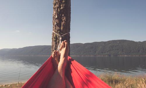 Mann in der Hängematte auf Gebirgssee Mensch Natur Ferien & Urlaub & Reisen Sommer grün Baum Erholung Berge u. Gebirge Erwachsene Lifestyle Junge Glück See