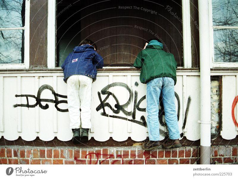 Tom und Philipp Mensch Kind alt Haus Wand Fenster Junge Graffiti Freundschaft Freizeit & Hobby Kindheit Rücken kaputt Neugier Geländer Familie & Verwandtschaft