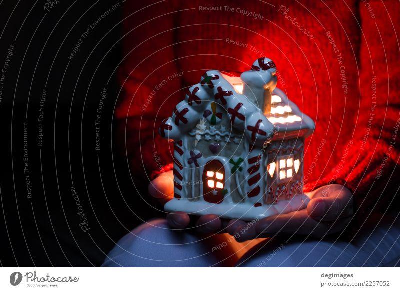 Weihnachtshaus. Kerzenlicht im Haus. Winter Schnee Dekoration & Verzierung Feste & Feiern Weihnachten & Advent Frau Erwachsene Hand Fassade dunkel hell weiß