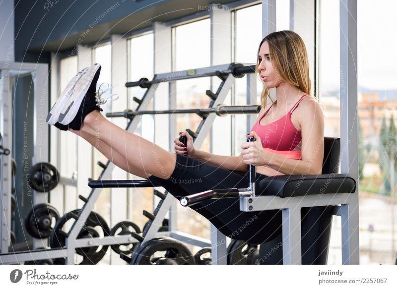Geeignete Frau der Junge an der Turnhalle, die ABStraining tut Mensch Jugendliche Junge Frau schön weiß 18-30 Jahre Erwachsene Lifestyle Sport feminin Körper