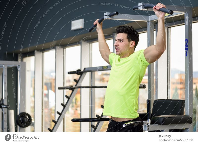 Tragendes Sportkleidungstraining des jungen geeigneten Mannes an der Turnhalle Mensch Jugendliche Junger Mann 18-30 Jahre Erwachsene Lifestyle maskulin Körper