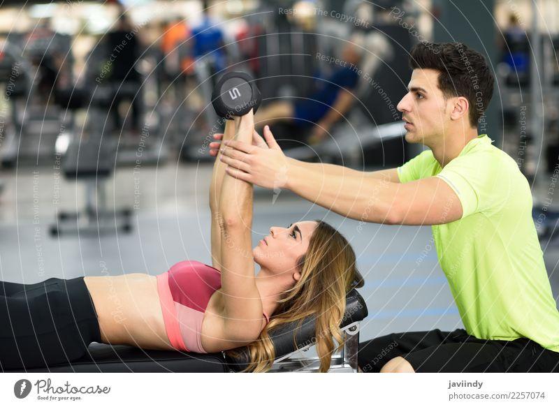Persönlicher Trainer, der einer jungen Frau hilft, Gewichte zu heben Mensch Jugendliche Mann Junge Frau Junger Mann weiß 18-30 Jahre Erwachsene Lifestyle Sport