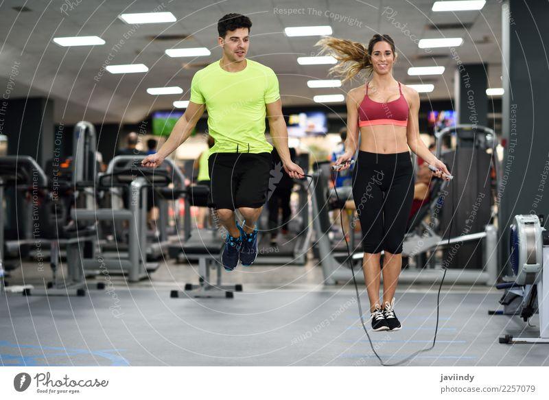 Training des jungen Mannes und der Frau mit springendem Seil Mensch Jugendliche Junge Frau schön Junger Mann weiß Freude 18-30 Jahre Erwachsene Lifestyle lustig