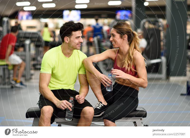 Personal Trainer des Mannes und der Frau in der Turnhalle. Mensch Jugendliche Junge Frau Junger Mann weiß 18-30 Jahre Erwachsene Lifestyle sprechen Sport