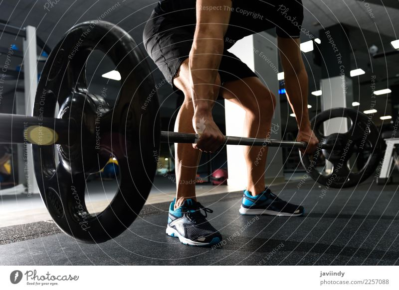 Nahaufnahme des healthlift Workouts an der Turnhalle mit Barbell Mensch Jugendliche Mann Junger Mann weiß 18-30 Jahre Erwachsene Lifestyle Sport maskulin Körper