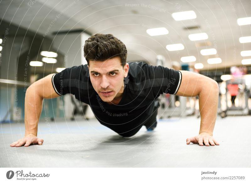 Attraktiver Mann, der Pushups in der Turnhalle tut. Lifestyle schön Körper Sport Mensch Junger Mann Jugendliche Erwachsene 1 18-30 Jahre Fitness dünn muskulös