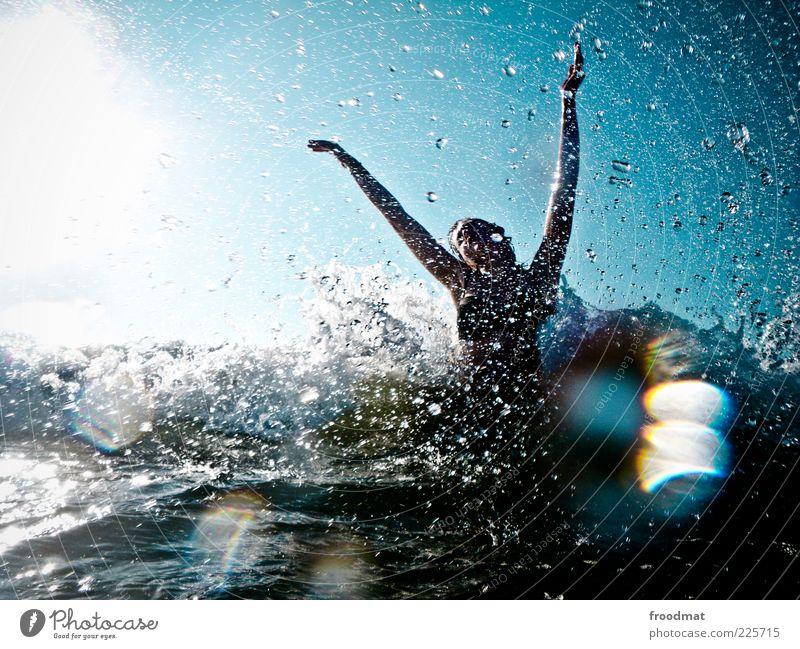 freudentränen Frau Mensch Jugendliche Sonne Freude Sommer Meer Ferien & Urlaub & Reisen Erholung feminin springen Küste Erwachsene Wellen Freizeit & Hobby