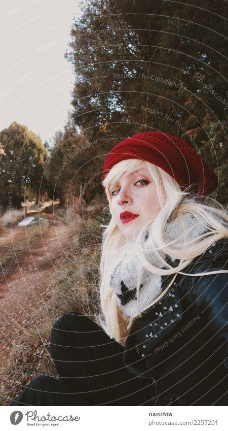 Junge blonde Frau, die zu einem Wald geht Lifestyle Stil schön Haare & Frisuren Ferien & Urlaub & Reisen Abenteuer Freiheit Expedition Winterurlaub Mensch