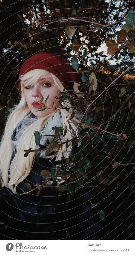 Tragender Winter der jungen Blondine kleidet in das Holz Lifestyle Stil schön Mensch feminin Junge Frau Jugendliche 1 18-30 Jahre Erwachsene Umwelt Natur Herbst