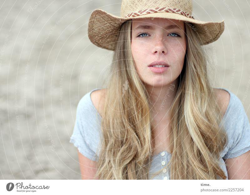 Nelly feminin Frau Erwachsene 1 Mensch Schönes Wetter Strand T-Shirt Hut blond langhaarig beobachten Blick warten schön natürlich selbstbewußt Coolness