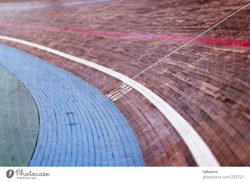 In der Kurve Sport Sportstätten Rennbahn Radrennbahn Holz Geschwindigkeit Farbfoto Innenaufnahme Detailaufnahme Menschenleer Schwache Tiefenschärfe Radrennen