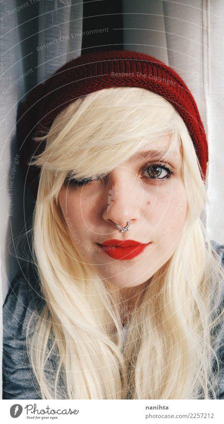 Junge und blonde Frau Stil Haut Gesicht Mensch feminin Junge Frau Jugendliche 1 18-30 Jahre Erwachsene Jugendkultur Piercing Hut langhaarig Perücke Lächeln