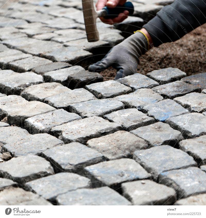 Straßenbau Mensch Mann Hand Straße Arbeit & Erwerbstätigkeit Wege & Pfade Stein Erwachsene Verkehr Wachstum Baustelle Wandel & Veränderung festhalten rein Konzentration machen