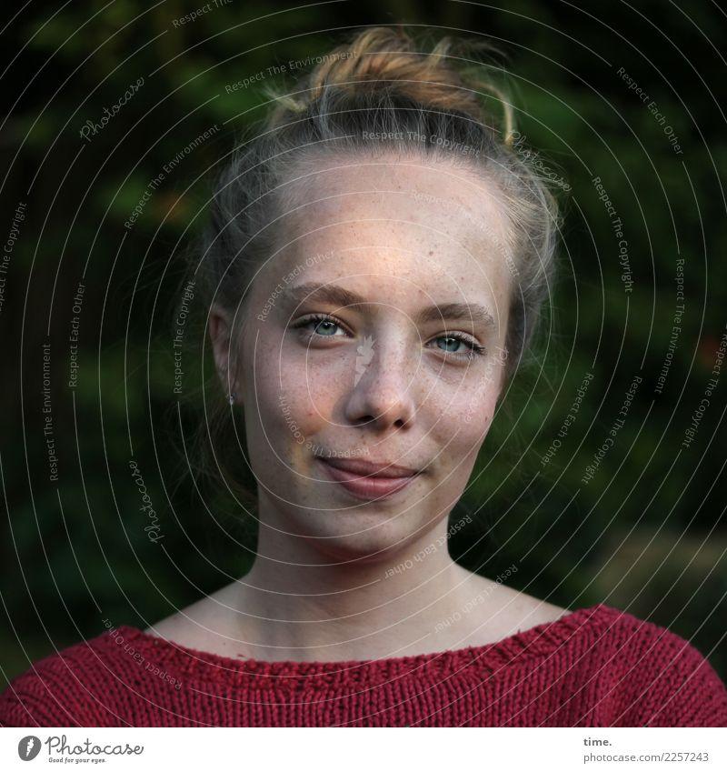 Nelly feminin Junge Frau Jugendliche 1 Mensch Schönes Wetter Garten Pullover blond langhaarig Zopf beobachten Lächeln Blick warten authentisch Freundlichkeit