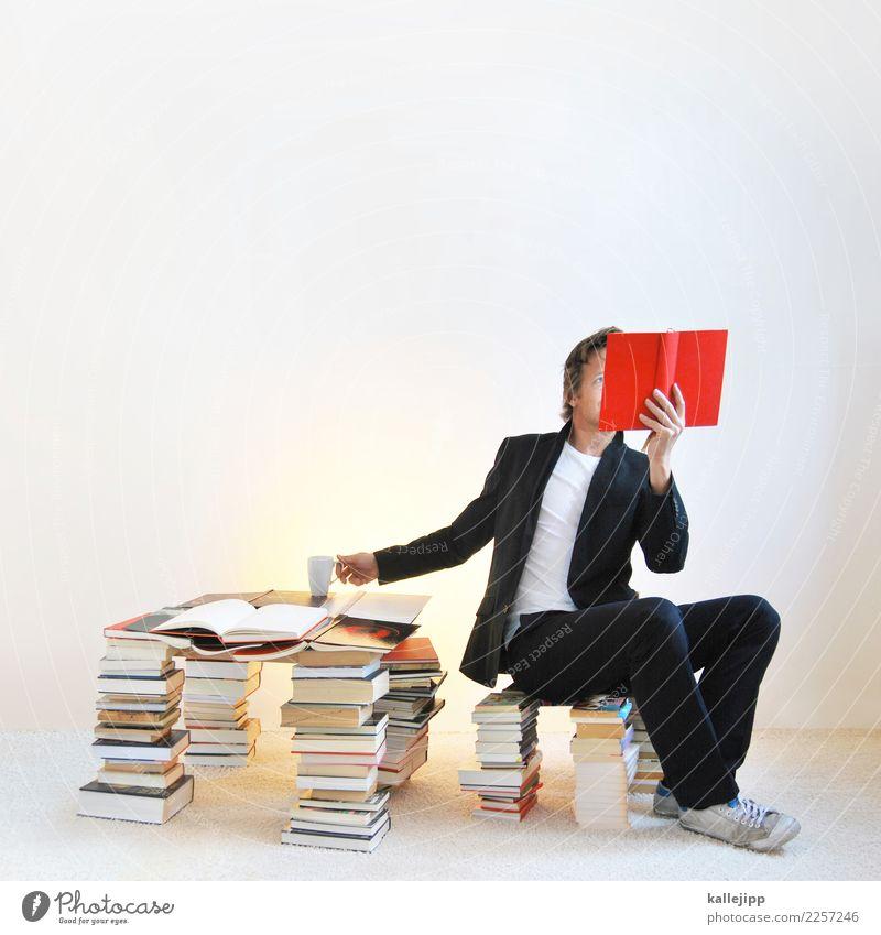 Mann auf Bücherstapel liest ein Buch Lifestyle Erholung ruhig Freizeit & Hobby lesen Bildung Mensch maskulin Erwachsene 1 30-45 Jahre lernen sitzen rot