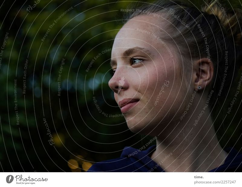 Nelly feminin Junge Frau Jugendliche 1 Mensch Schönes Wetter Park Pullover blond langhaarig Zopf beobachten Lächeln Blick Freundlichkeit schön selbstbewußt