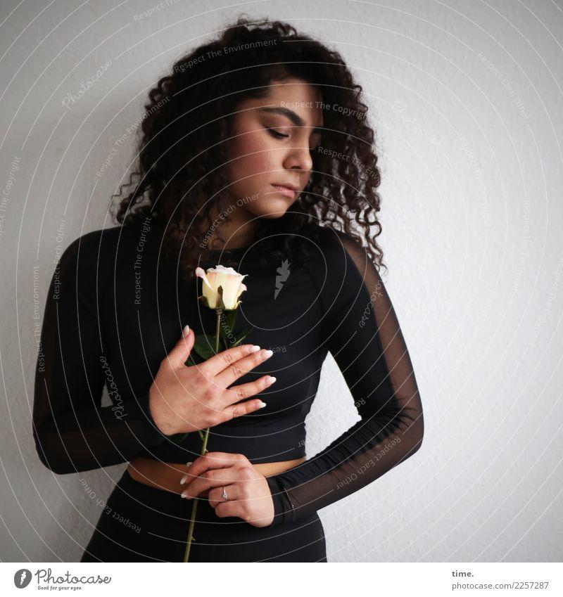 Nikolija feminin Frau Erwachsene 1 Mensch Blume Rose T-Shirt Hose brünett langhaarig Locken stehen träumen schön Leidenschaft Romantik trösten Leben bescheiden