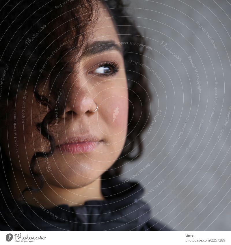 . Frau Mensch schön Erwachsene feminin warten beobachten Coolness Neugier Schutz Sicherheit Konzentration Jacke langhaarig brünett Locken