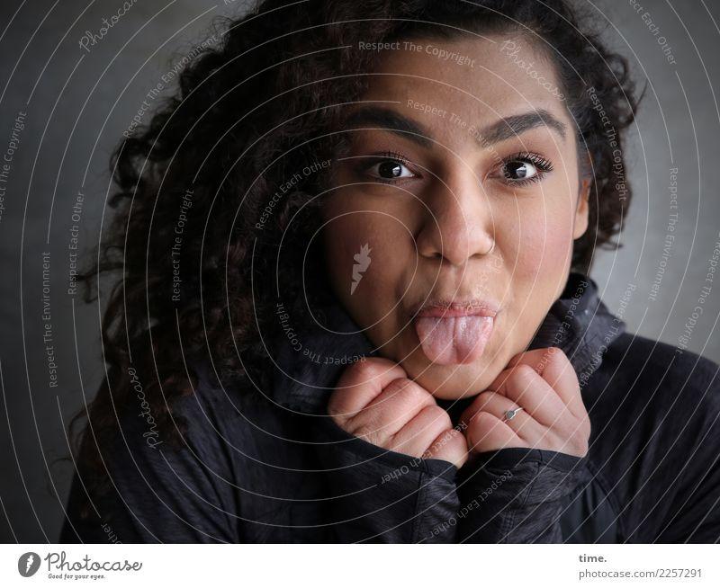 . Frau Mensch schön Erholung Freude Erwachsene Leben Wand lustig Gefühle feminin lachen Mauer Kreativität authentisch Fröhlichkeit