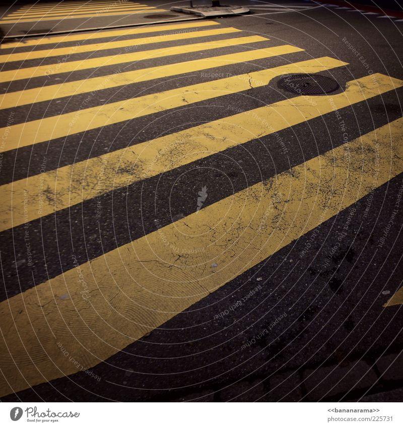 ...black'n'yellow black'n'yellow black'n'yellow black'n'yellow gelb Straße grau Beton Streifen Asphalt Verkehrswege Straßenbelag Gully Zebrastreifen Straßenübergang Fußgängerübergang Markierungslinie