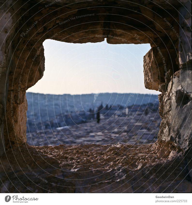 Die Stadt. II Umwelt Natur Herbst Mauer Stein Durchblick Aussicht Lücke Loch alt authentisch eckig hell schön Farbfoto Außenaufnahme Tag Schwache Tiefenschärfe