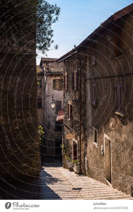 historische Altstadtgasse in Gravedonna am Comer See gravedona Lombardei Italien Stadt Dorf Straße Gasse alt Haus Straßenbeleuchtung Fassade Altertum