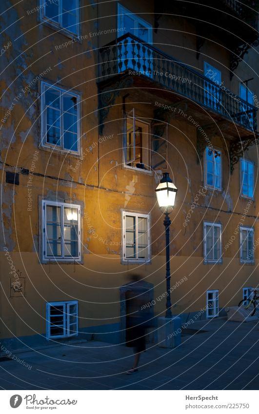 Heimleuchten Altstadt Haus Gebäude Fassade Fenster Armut gruselig trashig gelb Straßenbeleuchtung heimwärts Fußgänger Einsamkeit schäbig Balkon Lichtschein